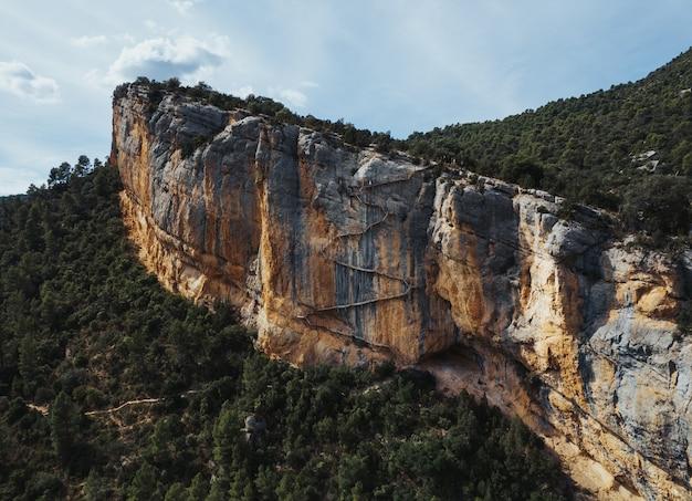 Photo aérienne d'escaliers en bois suspendus dans la montagne de congost de mont-rebei