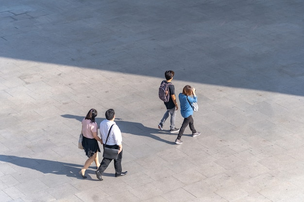 Photo aérienne de personnes marchant sur l'allée devant le centre commercial de la ville