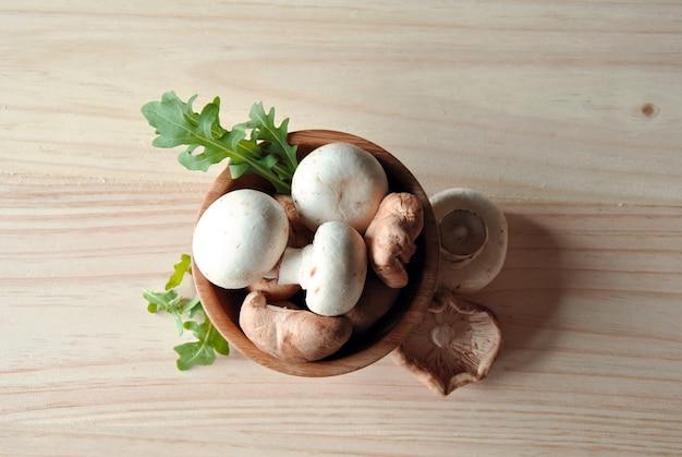 Photo aérienne de shitake aux champignons sur une table en bois