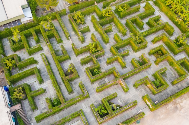 Photo aérienne, vue de dessus, altitude moyenne au-dessus du labyrinthe de verdure du jardin du parc