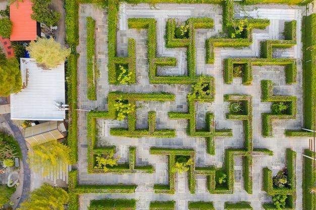 Photo aérienne, vue de dessus, altitude moyenne au-dessus du labyrinthe de verdure du jardin