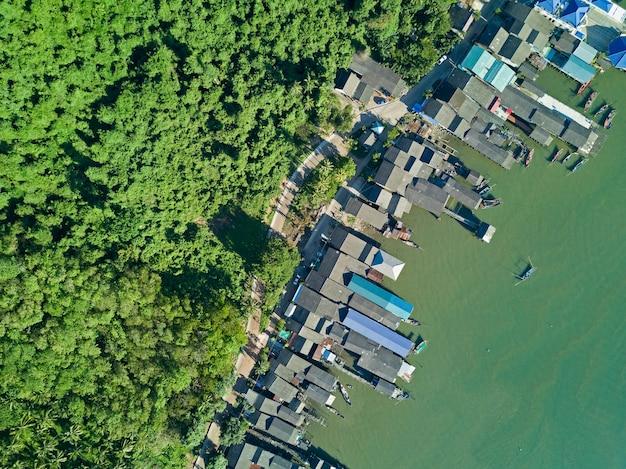 Photo aérienne vue de dessus du drone volant du village de pêche