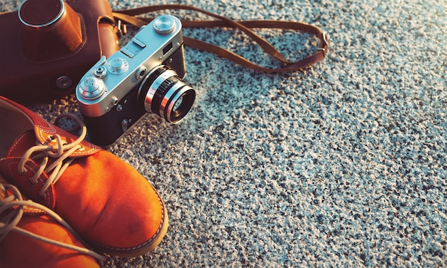 Photo d'appareil photo vintage au coucher du soleil dans le parc