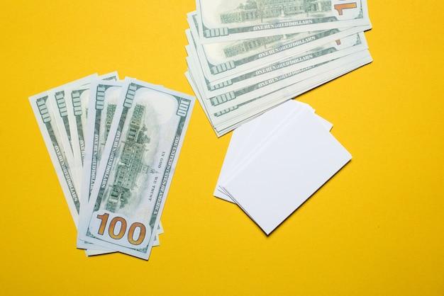 La photo argentée est placée sur un fond jaune. succès, concept d'entreprise avec espace de copie