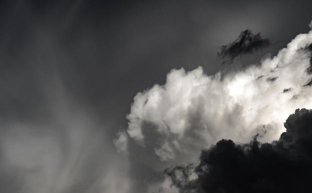 Photo artistique du ciel avec des nuages dans des couleurs noires et blanches, fond abstrait de nature