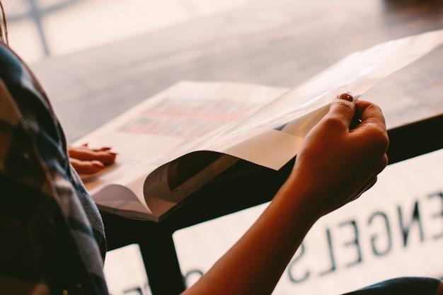 Photo atmosphérique d'une fille avec un magazine, mise au point sélective