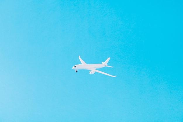 Photo d'un avion volant dans le monde de croisière explorant