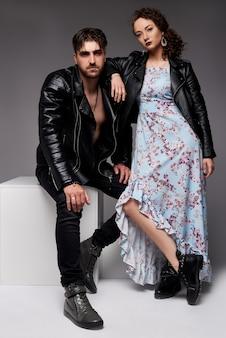 Une photo de beau couple dans des vestes en cuir. tenues décontractées. collection homme et femme. , mur gris.