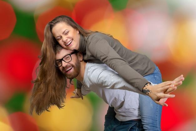 Une photo d'un beau couple s'amusant