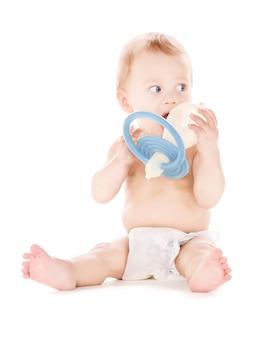 Photo de bébé garçon avec grosse tétine sur blanc