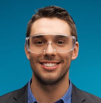 Photo d'un bel homme d'affaires dans des lunettes de protection.