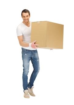 Photo d'un bel homme avec une grande boîte.