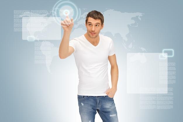 Photo d'un bel homme travaillant avec un écran tactile