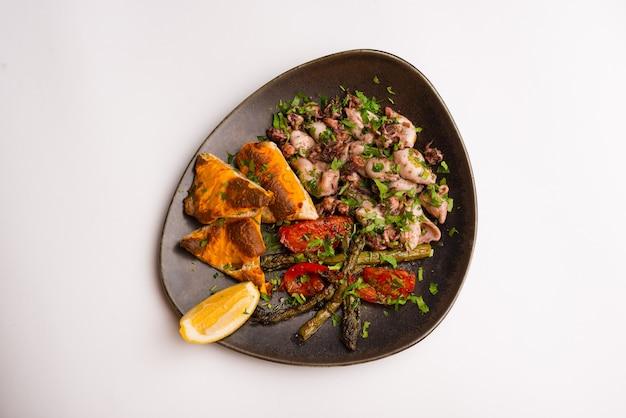 Photo de belle assiette avec poulpe grillé