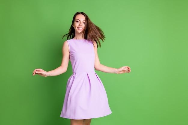 Photo de belle belle dame de danse insouciante mains air montrer des cheveux brillants sains effet shampooing après-shampoing publicité habillée vêtements violets isolé fond de couleur vert pastel