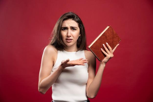Photo de belle dame tenant un livre