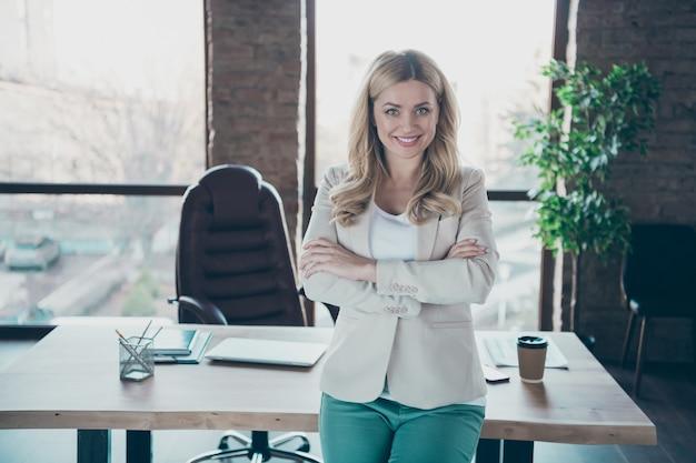 Photo de belle femme d'affaires tenant les bras croisés