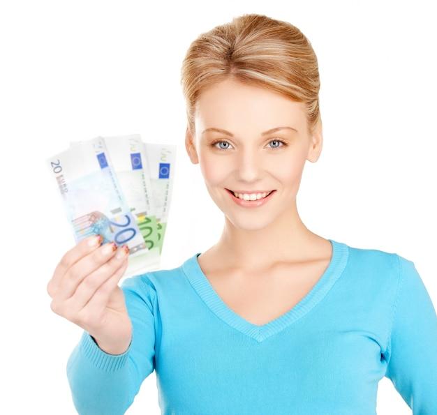Photo de belle femme avec de l'argent en euros.