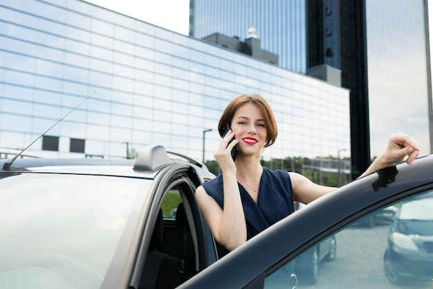 Photo de belle femme aux cheveux noirs courts en costume de bureau a pris rendez-vous et attend un collègue près de leur bureau