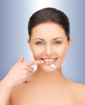 Photo de belle femme aux dents blanches