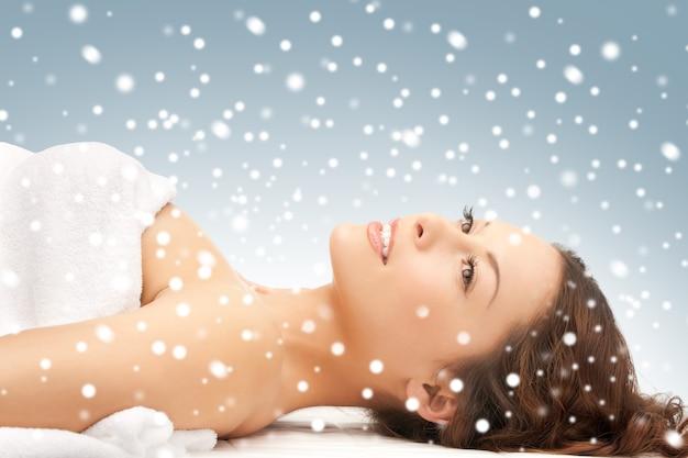 Photo de belle femme belle femme dans un salon spa