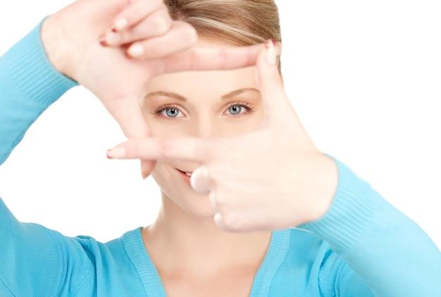 Photo de belle femme créant un cadre avec les doigts