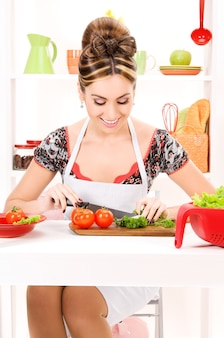Photo de belle femme dans la cuisine