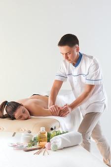 Photo de belle femme dans un salon de massage
