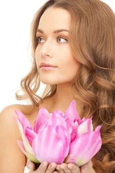 Photo de belle femme avec fleur de lotus