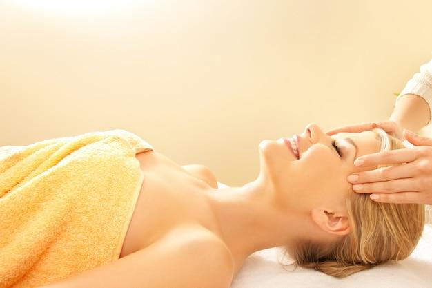 Photo d'une belle femme heureuse dans un salon de massage