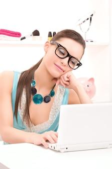 Photo de belle femme avec un ordinateur portable