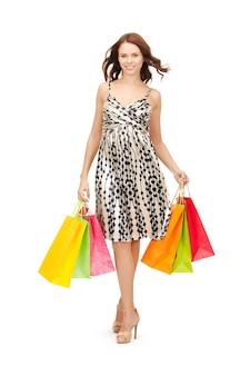 Photo de belle femme avec des sacs à provisions