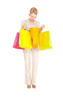 Photo de belle femme avec des sacs à provisions.
