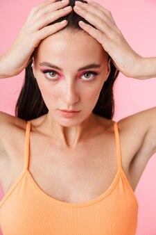 Photo de belle femme sexuelle en maillot de bain posant