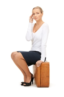 Photo de belle femme avec valise marron