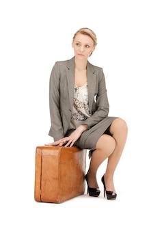 Photo de belle femme avec valise