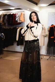Une photo de belle fille sexuelle est en vêtements de fourrure dans la boutique