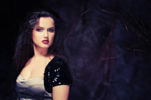 Photo de belle jeune femme aux magnifiques cheveux noirs