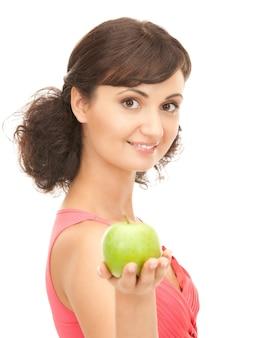 Photo de belle jeune femme avec pomme verte