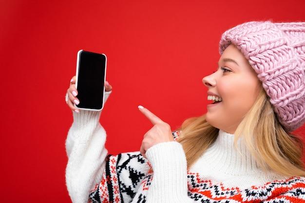 Photo de belle jeune femme souriante beau portant une tenue élégante décontractée isolée