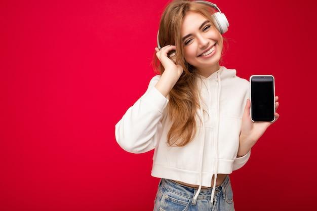 Photo de belle jeune femme souriante joyeuse portant des vêtements décontractés élégants isolés sur