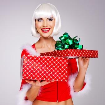 Photo de la belle jeune fille des neiges tient la boîte-cadeau de noël nouvel an