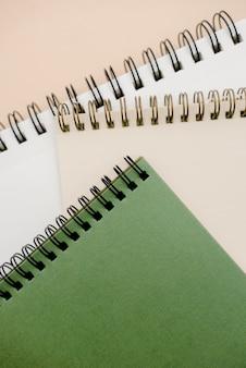 Photo de bloc-notes sur fond beige avec espace de copie