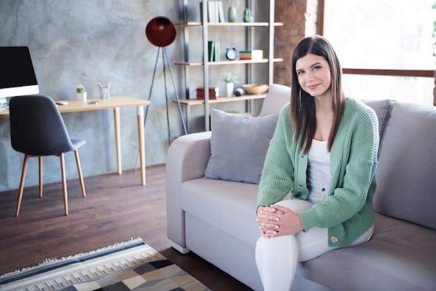 Photo de calme jeune fille s'asseoir divan dans flat house
