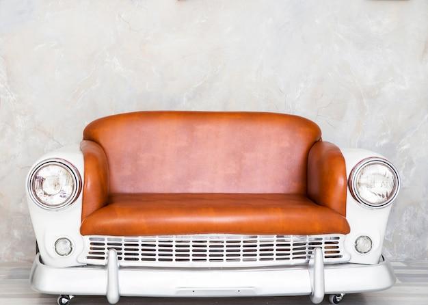 Photo de canapé sous la forme d'une voiture dans un style rétro