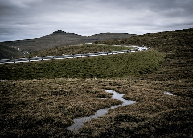 Photo capturant la nature des îles féroé, des montagnes et des prairies