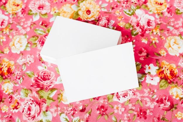 Photo de carte de visite vierge mock up sur beau fond floral