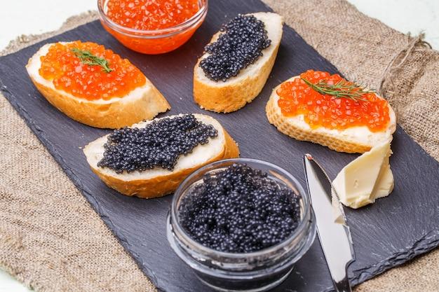 Photo de caviar noir et rouge