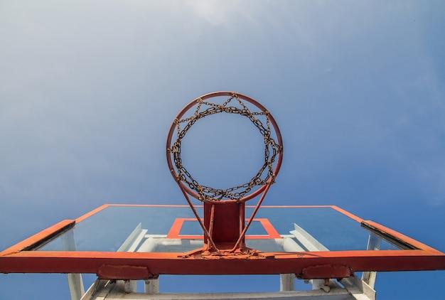 Photo de cerceau de basket-ball en verre et fond de ciel bleu