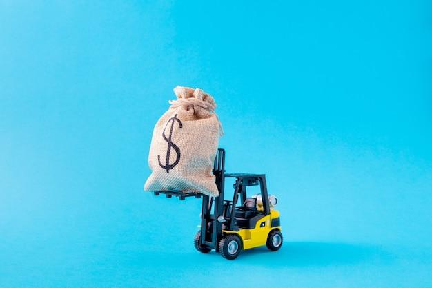 Photo d'un chargeur électrique transportant un grand gros sac d'argent